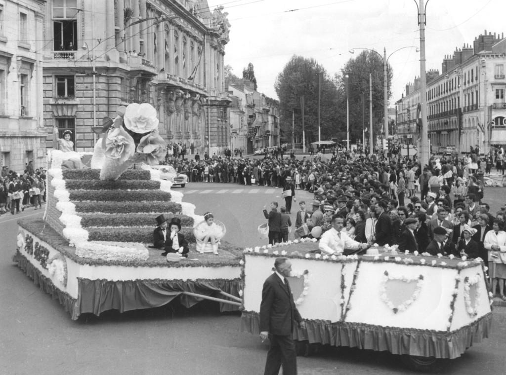 Le char construit par les habitants du quartier Blanqui-Mirabeau pour le Corso fleuri de Tours en 1964