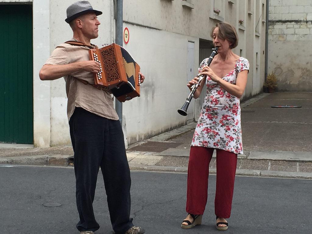 B Deux musiciens